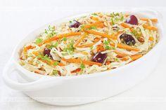 Chcesz coś przegryźć między posiłkami. Proponujemy smaczne sałatki. Surówka z kapusty, selera i marchwi. Do jej przygotowania potrzebujesz: selera, marchwi oraz kapusty.