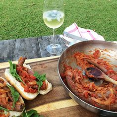 "Zuid Afrikaanse ""boerewors"" met pittige tomatensaus Cobb Bbq, Happy Kitchen, Food Plating, Paella, Hot Dogs, Barbecue, Shrimp, Spicy, Rolls"