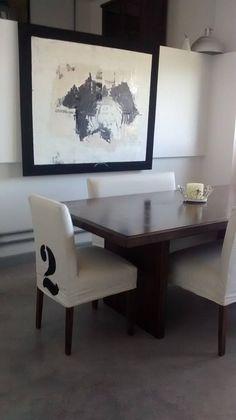 Mesa comedor urbana con sillas con fundas