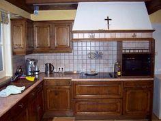 Donkere bruine keuken die wel nieuwe look kon gebruiken