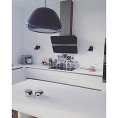 Endnu er skønt kundebillede, her med vores backsplash Meat the Box. Tak fordi I sender billeder og hashtagger #arttiles !! Vi elsker at se, hvordan vores firkantede venner ender med at bo #handprinted #ceramic #tiles #backsplash #fliser #kakler #køkken #køkkenfliser #køkkeninspiration #kitchen #kitchentiles