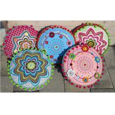 Zie voor patroon: http://www.farbenmix.de/.../Haekelkissen-BANJU-Kreativ...