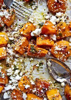 Roasted Pumpkin met sesamzaadjes, honing, balsamico azijn en feta. Lekker met een speklapje.
