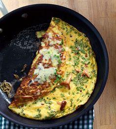 Die kleinen Pilze machen sich im fluffigen Omelett besonders gut. Abgerundet wird mit Schnittlauch und Appenzeller.