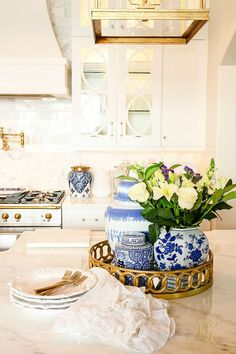 How to Decorate with Ginger Jars and Where to Find them - Randi Garrett Design Chinoiserie in the kitchen! How to Decorate with Ginger Jars and Where to Find them - Randi Garrett Design Blue And White China, White Gold, Ginger Jars, New Kitchen, Kitchen White, Blue Kitchen Decor, Gold Kitchen, Kitchen Decorations, Kitchen Small