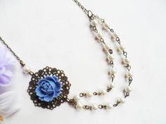 Vintage-tyylinen helmikaulakoru sinisellä ruusulla