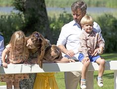 The Kronprinsfamily on holiday at Gråston Palace The summer photo session of the danish royal family today ( July 2014 ) at Gråston Palace/ Gråsten Slott Denmark Royal Family, Danish Royal Family, Princess Josephine Of Denmark, Mary Donaldson, Danish Royalty, Crown Princess Mary, Royal House, Summer Photos, Hollywood Fashion