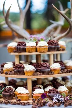 Featured photographer: Sallee Photography; wedding cake idea