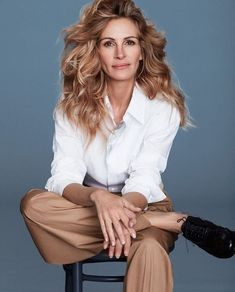 Trunk Archive is a full service image licensing agency representing the most engaging and sought after contemporary photographers. Photo Portrait, Female Portrait, Julia Roberts Style, Julia Roberts Hair, Headshot Poses, Celebrity Photographers, Mein Style, Business Portrait, Glamour