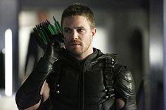 Oliver Queen parece que ha sangrado de verdad. Stephen Amell, actor que encarna al personaje principal en Arrow, sufrió un pequeño accidente durante el rodaje de la quinta temporada aunque comparti...