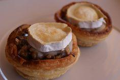 El vol-au-vent, invento de la gastronomía francesa, es una tartaleta cilíndrica hecha de masa de hojaldre rellena con innumerables productos alimenticios ligados con salsa bechamel. Este que os presentamos es uno de los más tradicionales y sencillos de realizar, en el que hemos sustituido la salsa por el queso de cabra en rulo. http://www.flavorcook.com/recetas/primerplato/volovandesetasyquesodecabra