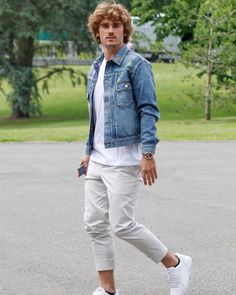 """Antoine Griezmann FanPage on Instagram: """"Antoine a son arrivée à clairefontaine ! 🇫🇷 29.05.19 #teamgrizi 📸: GettyImages"""" Antoine Griezmann, France National Team, Mens Fashion, Fashion Outfits, Football Players, Winter Fashion, Cool Outfits, Street Wear, Menswear"""