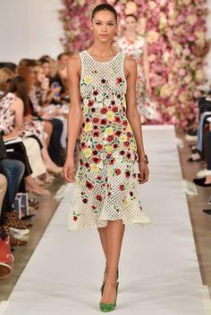 Primavera em Crochê | http://modaemcroche.com.br - Vestido de crochê com motivos florais - Oscar de La Renta - Primavera 2015