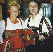 Maria Hellwig und Kollege Schwarz-Ferdl 1974 Style, Fashion, Dirndl, Actors, Musik, Kleding, Black, Swag, Moda