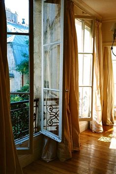 The Inn has these huge french doors. I can't say enough about this hotel, it's so charming and Darling and I love it here...............