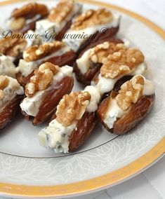 Dates stuffed with gorgonzola and walnuts. Or almonds, or pine nuts :) Food On Sticks, Party Buffet, Snacks Für Party, Appetisers, Foods To Eat, Saveur, Nutrition Tips, Clean Eating Snacks, Appetizer Recipes