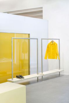 In Madrid and Bilbao, a Basque fashion brand goes for the bold - News - Frameweb Rack Design, Shelf Design, Retail Store Design, Retail Shop, Simple Interior, Interior Styling, Bilbao, Window Display Retail, Retail Displays