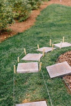 How to Lay a Stepping-Stone Path - Style Souffle Backyard Walkway, Front Yard Landscaping, Stone Landscaping, Stepping Stone Walkways, Landscape Stepping Stones, Painted Stepping Stones, Stone Garden Paths, Garden Steps, Small Garden Path Ideas