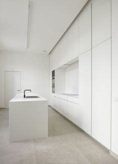 EFP - alle realisaties - Realisaties - Emmanuel Fraeye - via www. White Kitchen Interior, Modern Kitchen Interiors, Modern Kitchen Design, Minimalist Room, Minimalist Home Interior, Condo Kitchen, Kitchen Flooring, Home Room Design, House Design