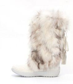 O  - YAGHI dámska kožušinová čižma. Elegantné, luxusné a hrejivé topánky vyrobené z bielo - sivej líščej kožušiny. Zvršok je z bielej kravskej srsti. Protišmyková podrážka.  Ručná práca.- Taliansko.