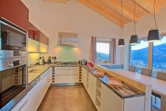 Kitchen and dining table in apartment Smaragd | Alpenchalet am Wildkogel | Bramberg am Wildkogel | Austria