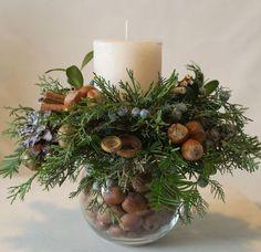 Christmas Candle Decorations, Christmas Candles, Rustic Christmas, Simple Christmas, Table Decorations, Winter Centerpieces, Candle Arrangements, Christmas Flower Arrangements, Christmas Flowers