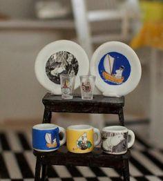 Nukkekoti Casablanca: Keittiöjakkara ja muumiastioita - Kitchen stool and Moomin dishes