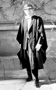 Stephen Hawking at his Oxford graduation. Professor Stephen Hawking died peacefully in his home in Cambridge, England, at the age of 76 in the early hours of Wednesday morning. Stephen Hawking Young, Professor Stephen Hawking, Stephan Hawkings, Digital History, History Of Time, Neurone, Quiet People, Richard Feynman, Physicist