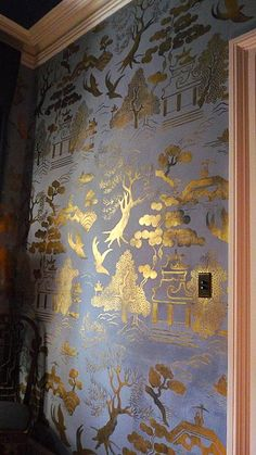 I hope a customer does something similar with our Willow Pattern stencilsGold & blue Chinoiserie walls. I hope a customer does something similar with our Willow Pattern stencils Interior Flat, Wall Murals, Wall Art, Willow Pattern, Chinoiserie Chic, Gold Chinoiserie Wallpaper, Chinoiserie Fabric, Wall Wallpaper, Hand Painted Wallpaper