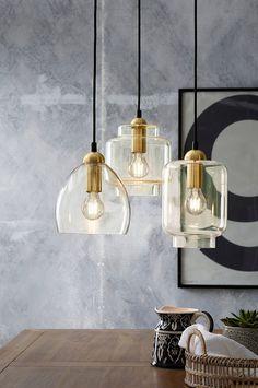 Taklampa av ljust bärnstensfärgat glas med lamphållare i mässingfärgad metall. Höjd ca 20 cm, Ø ca 18 cm. Svart takkopp av plast med krokupphängning och kronkontakt. Svart textilsladd, sladdlängd 120 cm. Stor sockel E27. Max 40 W. Ljuskälla ingår ej.