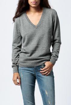 Lej denne grå Ganni sweatshirt str. 34 for kun 60 DKK om dagen på RentAtrend. Jeg udlejer denne lækre cashmere sweater fra Ganni. Den er en smule 'oversized' og #Ganni #sweatshirts #secondhand #fashion