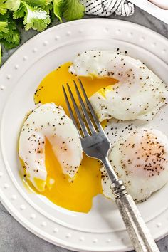Poached eggs are a delicious addition to many dishes. Dont be afraid to try poaching an egg if you havent yet or havent been successful in the past. these simple instructions for the perfect poached egg every time! Easy Poached Eggs, How To Make A Poached Egg, Perfect Poached Eggs, Poach Egg How To, Poached Egg Time, Egg Recipes, Cooking Recipes, Healthy Recipes, Cooking Tips