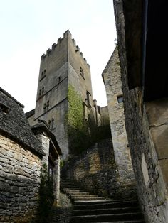 Escadaria que dá acesso à torre do antigo convento de Beynac, localizado em Beynac-et-Cazenac, departamento da Dordonha, região da Aquitânia, França.  Fotografia: Père Igor.