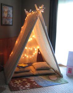 Una carpa interior con lucecitas para leer de noche.