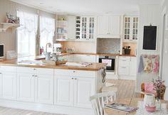 Lykke i Jordbærveien Et Ikea-kjøkken kan gjøres om til et herregårdkjøkken Kitchen Pantry, Kitchen Cabinets, Kitchen Ideas, Ikea, Kitchens, Table, Furniture, Home Decor, House Design