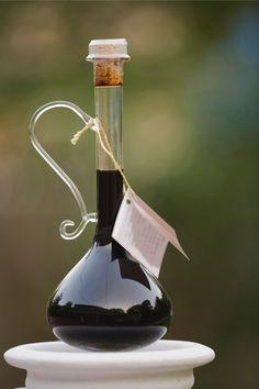 Balsamico-azijn, oftewelaceto balsamico, hoort in iedere keuken thuis. Wij doken, samen met de expertise van Vanilla Venture, de wereld van de balsamico in. Aceto balsamico wordt, net als wijn en gewone wijnazijn, gemaakt van druiven. Maar niet zomaar druiven: detrebbianodruiven die groeien in de omgeving van Modena, Noord-Italië. Geperste druiven worden zacht verwarmt, veel vocht …