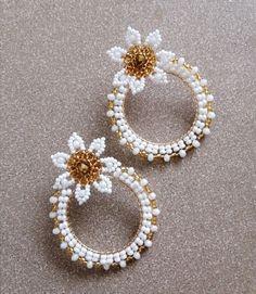 Aretes en mostacilla y murano con topo en acero Flower Earrings, Beaded Earrings, Earrings Handmade, Hoop Earrings, Bead Embroidery Jewelry, Beaded Jewelry Patterns, Beaded Embroidery, Diy Accessories, Loom Beading