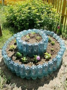 Blumenbeete und Beete aus Plastikflaschen - # Flower beds and flower beds from plastic bottles - Recycled Garden Art, Garden Crafts, Diy Garden Decor, Garden Projects, Tire Garden, Bottle Garden, Garden Planters, Garden Bed, Pinterest Garden