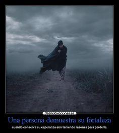 Una persona demuestra su fortaleza - cuando conserva su esperanza aún teniendo…