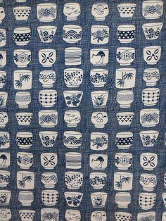 Cette annonce est pour un seul mètre de tissu de coton pur 45 Wide. Henry mis en place une grande collection dindigos japonais--ce qui est les tasses de thé Genmai--impression répétée de charme ! Merveilleux pour les vêtements, dec maison ou quilting ! Répétez 12 . Tasses 2 .