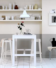 Kleine , hoge keukentafel... (Houtkleur, steigerhout?) leuk met die planken erboven...