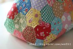 퀼트 / 손바느질 / 퀼트가방 / 핸드메이드 ] 알록달록 76조각 가방~~~ : 네이버 블로그 Pouch, Wallet, Sewing Hacks, Sewing Tips, Quilt Patterns, Coin Purse, Patches, Quilts, Purses