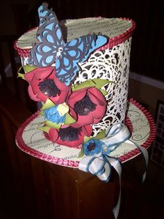 Good morning, I wanted to share with you the first floral piece of art I did. This top hat I made with individual cut dollies and glued. Top Of The Morning, Paper Flowers, Art Pieces, Cricut, Paper Crafts, Simple, Hats, Floral, How To Make