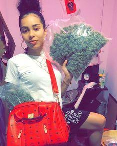 Green looks good on you. Gangsta Girl, Weed Girls, 420 Girls, Girl Smoking, Smoking Weed, Ganja, High Society, Kool Savas, Bad Girl Aesthetic