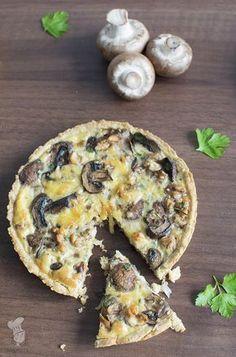 Ik ben dol op gerechten met champignons en misschien ben ik nog wel meer dol op hartige taarten en quiches. Gelukkig heb ik inmiddels een medestander in huis die óók gek is op champignons: mijn doc…