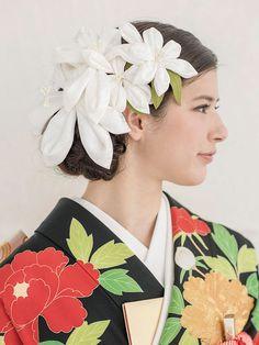大小の純白のユリの花のかんざしを4つほどあしらい、清楚で凜とした美しさを引き出したアレンジです。黒引きと白襟のコントラストとともに、ヘアの白...
