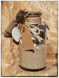 Zand, schelpen en drijfhout van het strand. Decoratie van de Action