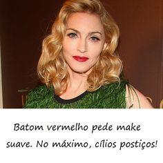 Madonna está aqui para ilustrar algo que devemos seguir sempre! O batom vermelho é, de fato, o 'must have' de qualquer bolsa feminina! Mas cuidado, não abuse na sombra, por exemplo. Fica ótimo com cílios postiços ou um rímel para alongar.