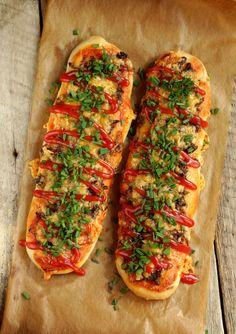 This is Zapiekanka, typical Polish fast food Zapiekanka Recipe, Food Network Recipes, Cooking Recipes, Great Recipes, Favorite Recipes, Polish Recipes, Polish Food, Sandwiches, Cafe Food