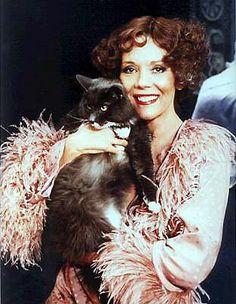 Diana Rigg mit Katze